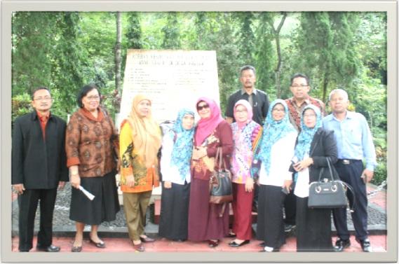 """Foto bersama di """" Monumen Kresek Korban Keganasan PKI tahun 1948"""""""