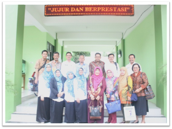 Foto bersama dengan Kepala SMAN 3 Yogyakarta dengan Kepala Sekolah SMAN 1 Geger